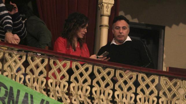 Quique Pina junto a su pareja en el Gran Teatro Falla