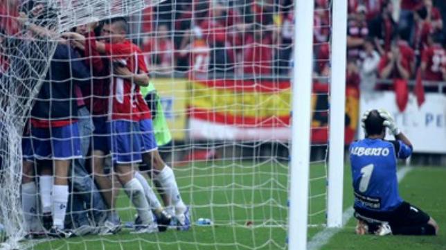 Los jugadores del Girona celebran el gol de Ratón ante un Alberto Cifuentes desolado.