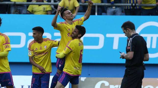 José Mari abraza a Álvaro García en su gol ante el Rayo Vallecano.