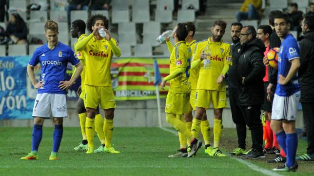 Aridane bebe agua durante el partido con el Oviedo.