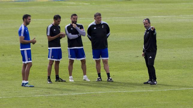 Álvaro Cervera charla con su cuerpo técnico.