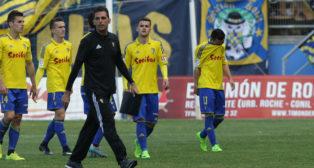 Los jugadores del Cádiz CF acabaron cabizbajos el partido ante el Tenerife.