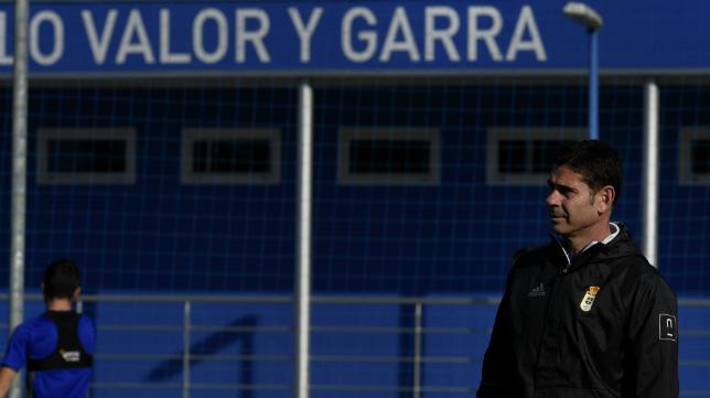 Fernando Hierro, en un entrenamiento de su equipo.