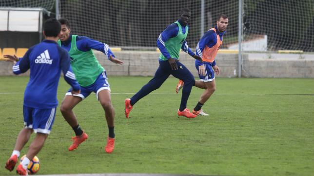 Del Castillo controla el balón ante la mirada de Eddy, Sankaré y Ortuño.