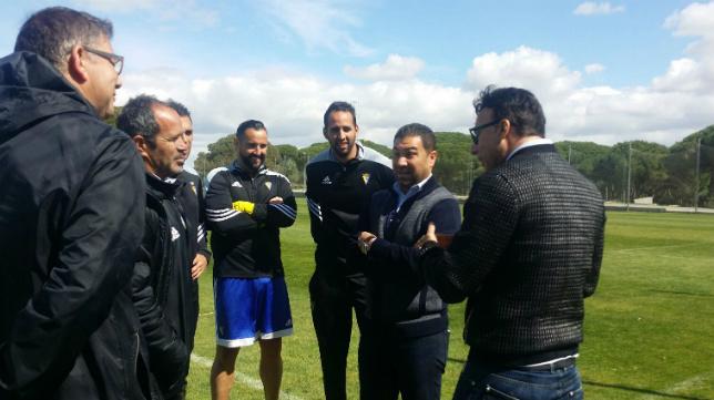 Quique Pina y Juan Carlos Cordero charlan con el cuerpo técnico en una imagen de archivo.