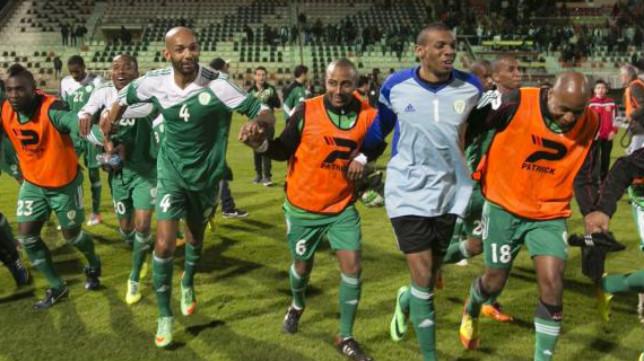Los jugadores de Comores celebran un éxito.
