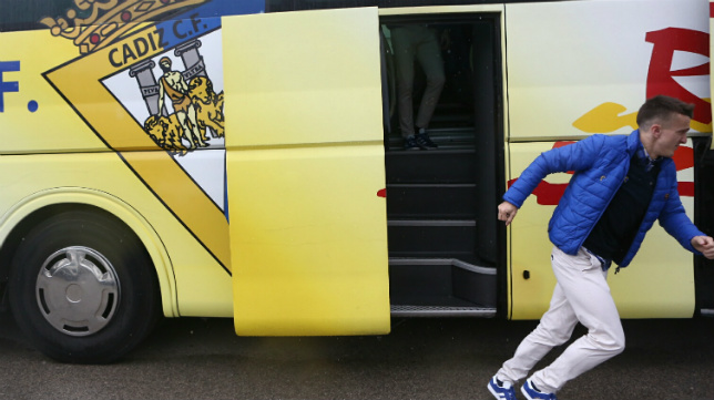 Salvi sale del autobús brevemente y corre para salvarse de la lluvia.