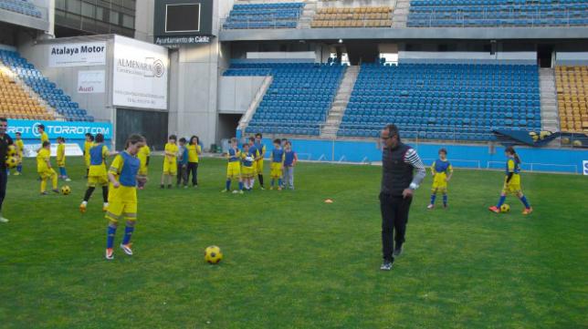 Álvaro Cervera con los más pequeños en el campus del Cádiz CF