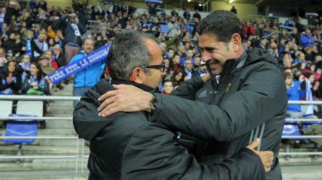 Cervera se abraza a Hierro antes del encuentro en Oviedo.