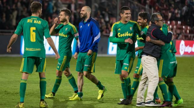 Álvaro Cervera celebra con sus jugadores el triunfo en Girona