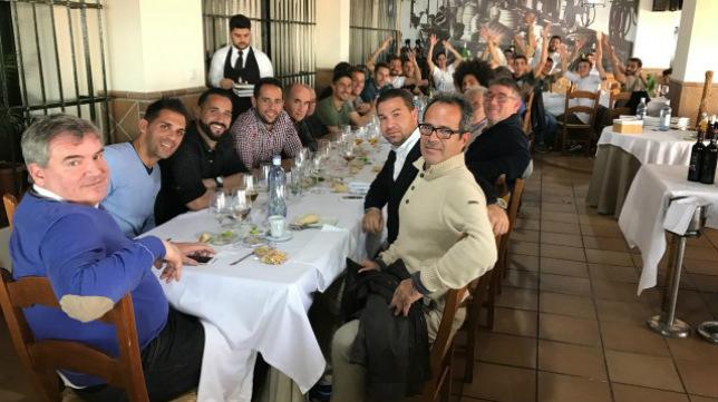 Jugadores, cuerpo técnico y presidente han compartido hoy mesa y mantel en El Puerto. / CCF