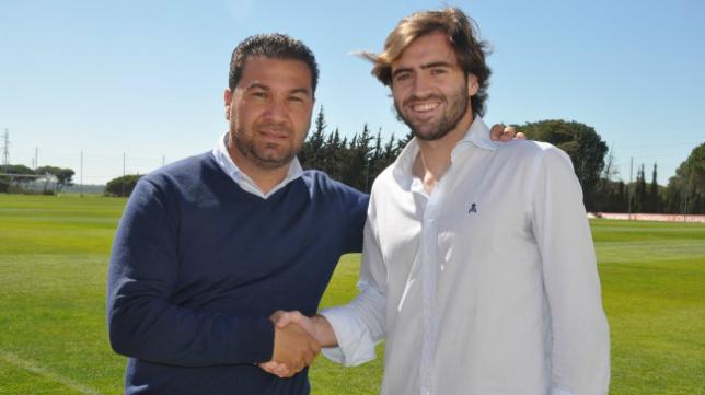 Juan Carlos Cordero, director deportivo del Cádiz CF, y Paco Olano, futbolista del filial gaditano, sellan el acuerdo. Foto: Cádiz CF.