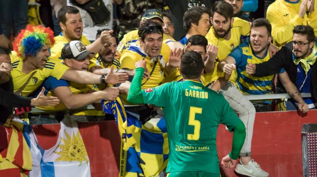 Garrido celebra con la afición la victoria en Gerona