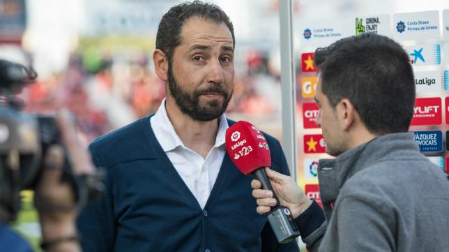 Machín atendiendo a la televisión antes del partido con el Cádiz