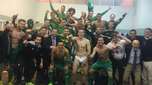 El vestuario disfrutando de la victoria (Foto: CCF)