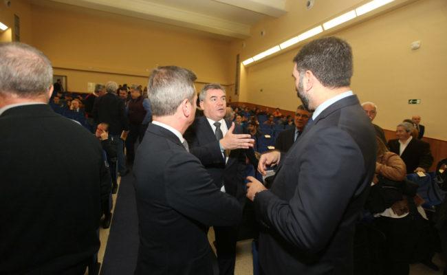 Manuel Vizcaíno (c) habla, entre otros, con Francisco Javier Fernández (d), consejero de Turismo y Deporte de la Junta de Andalucía.