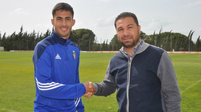 Nico Hidalgo sella el acuerdo con Juan Carlos Cordero, director deportivo del Cádiz CF. Foto: Cádiz CF.