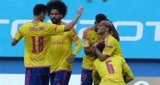 Rubén, Aridane y José Mari celebran con Álvarito el gol de la victoria en el último partido en Carranza.