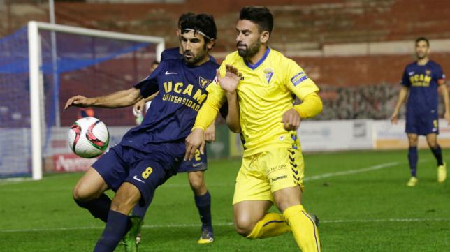 La última visita del Cádiz CF a Murcia se saldó con derrota. En la imagen , Kike Márquez no llega a un balón en el partido de la temporada pasada.