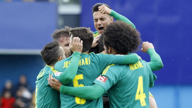 Los jugadores del Cádiz CF celebran un gol.