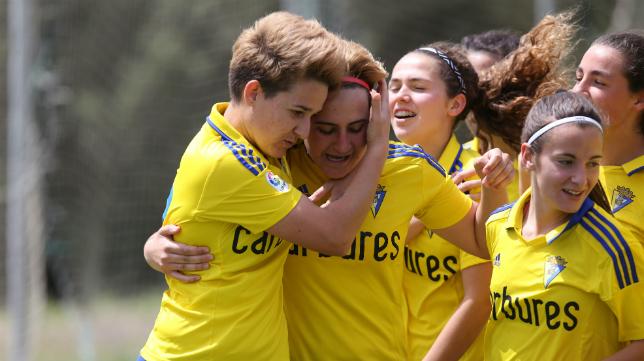 Las jugadoras del Cádiz CF Femenino celebran el gol de Nuria.