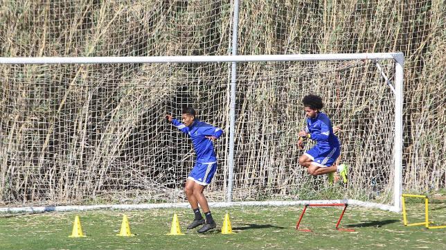 Eddy Silvestre y Aridane superan obstáculos en un entrenamiento.