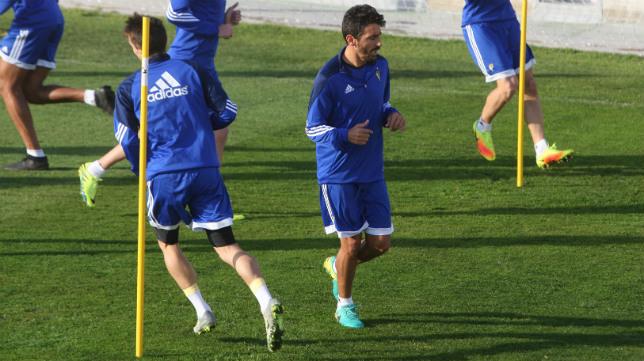 Javier Carpio, en un entrenamiento junto a Salvi, de espaldas.