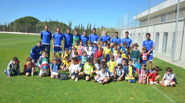 Los alumnos del colegio Guadalete estuvieron con sus ídolos cadistas. Foto: Cádiz CF.