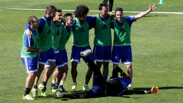 Santamaría, José Mari, Luis Ruiz, Salvi, Aridane, Migue, Rubén Cruz y, tumbado, Jesús, bromean en un entrenamiento de esta semana.