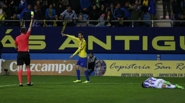 Rubén Cruz ve una de sus cuatro amonestaciones en el partido ante el Valladolid.