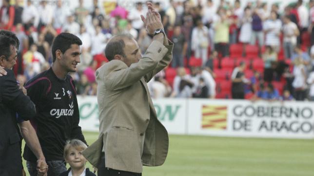 Antonio Calderón aplaude a la afición del Cádiz CF al término del partido que dejó con pie y medio en Segunda B al conjunto de Espárrago.