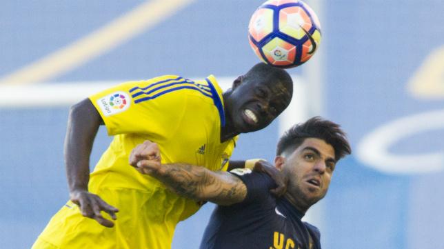 Jona y Sankaré, en un lance de un partido entre Cádiz y UCAM.