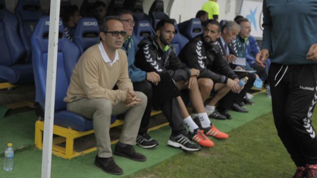 Cervera, en el banquillo local de Carranza, en el partido ante el UCAM de la temporada pasada, donde comenzó a ver detalles positivos.