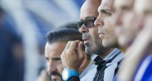 Cervera asiste pensativo al duelo entre el UCAM Murcia y el Cádiz CF.