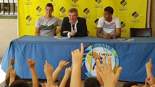 Garrido, Vizcaíno y Eddy en el colegio Tierno Galván. Foto: Cádiz CF.