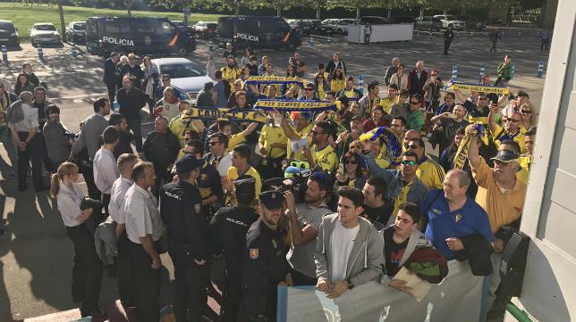 Seguidores del Cádiz antes del partido (Foto: CCF)