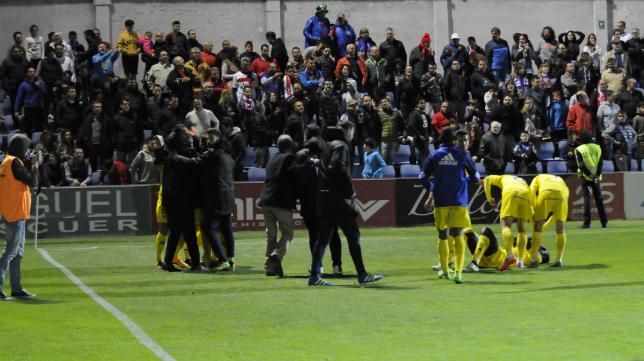 Todo el banquillo celebrando el gol de Ortuño