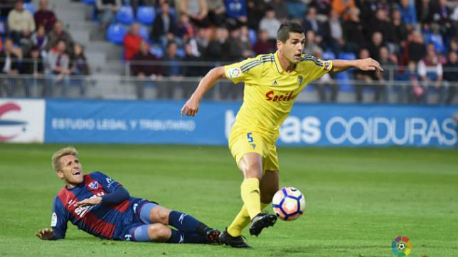 Garrido en un partido con el Cádiz contra el Huesca