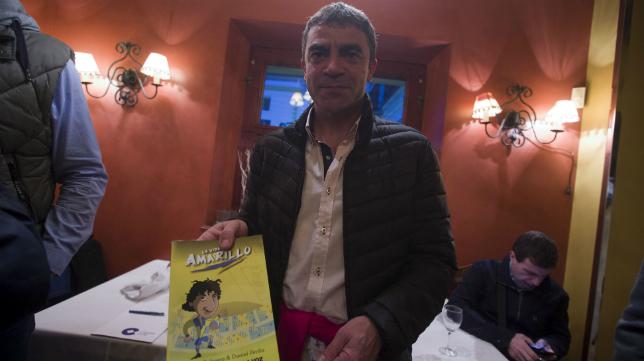 Manolo Sanchís, con el cómic 'La vida en amarillo'.