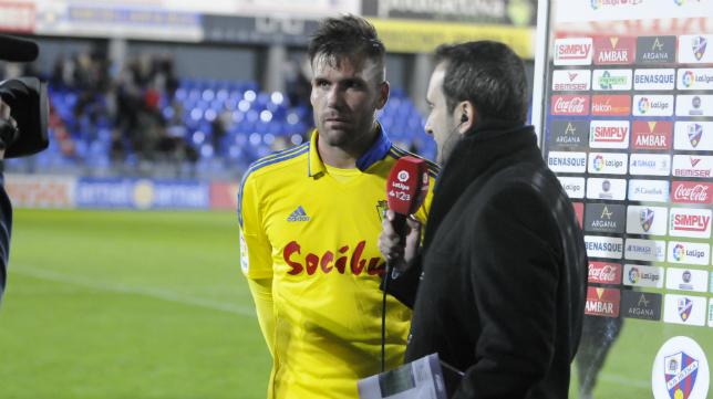 Ortuño atiende a los medios de comunicación al término del encuentro en Huesca.