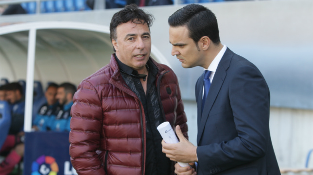 Quique Pina, sobre el césped de Carranza, charla con el responsable de prensa del club.