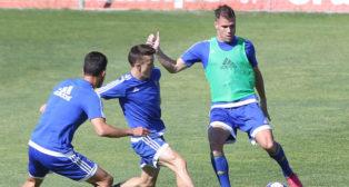 Ortuño golpea el balón ante la presencia de Salvi y Luis Ruiz.