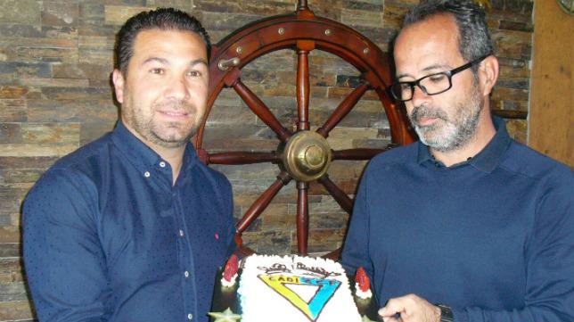 Juan Carlos Cordero y Álvaro Cervera sujetan una tarta del Cádiz en el restaurante El Timón de Roche.