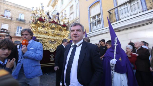 Manuel Vizcaíno, junto al paso de misterio de Cigarreras.