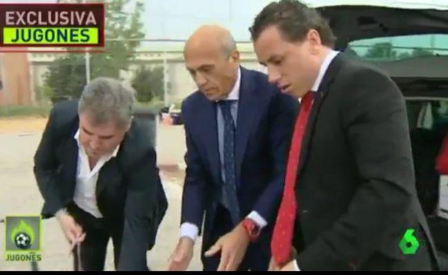 Vizcaíno ayuda con las maletas a Del Nido en su salida de la cárcel de Huelva, en una imagen de La Sexta.