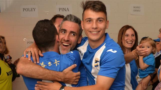 Abel celebra el ascenso de La Hoya Lorca con sus compañeros.
