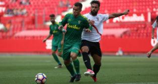 Aketxe en una jugada ante el Sevilla Atlético