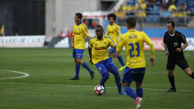 Abdullah controla un balón ante Aketxe en un partido de la pasada temporada.
