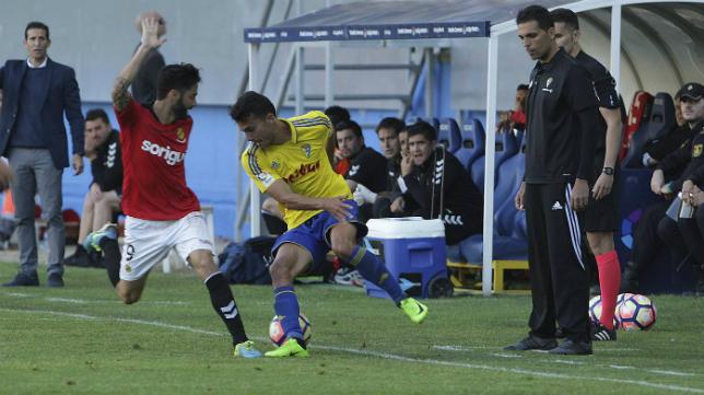 Luis Ruiz pelea por un balón ante un jugador del Nástic