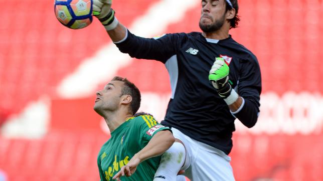 Momento en que Santamaría entorpece a Caro en su salida para que el balón le llegase a Álvaro, que marcó el 3-2 a puerta vacía.